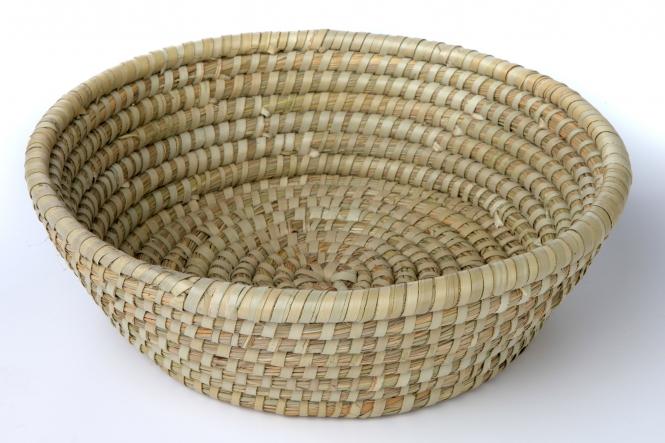 Rundes Körbchen aus Seegras und Palmblatt